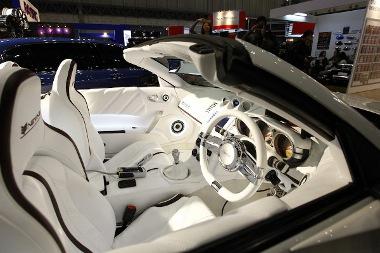 A beltér egyértelműen elárulja a Nissan 350 Z alapot