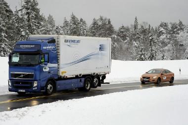 Első autógyártóként a Volvo állt a SARTRE projekt mögé