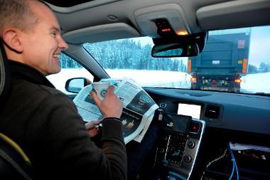 Újságot olvashat, kávézhat a hátul haladó autó sofőrje, az autó magától követi az előtte haladót