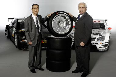 Jin Wook-Choi, a Hankook európai elnöke és Hans Werner Aufrecht, a DTM jogtulajdonos ITR vezetője a szerződés megkötése után