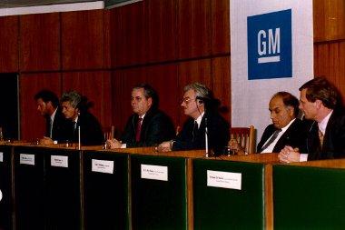 Bob Eaton, a GM akkori vezetője egy 1991-es budapesti sajtóértekezleten