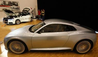 Íme a jövő, az A1 e-tron közeleb van a sorozatgyártáshoz, mint az e-tron sportkocsi. Mégis, ez utóbbi lehet hamarabb megvásárolható
