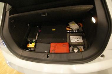 Wankel motort kap pótkerék helyett az elektromos A1. A lítium-ion akkumulátor T alakban, a benzintank helyén illetve a kardánalagútban található