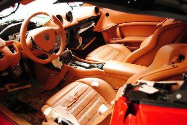 A gyűlölt elit képviselőjének autóját alaposan helybenhagyták