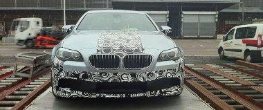 Az amszterdami Schipol repülőtéren rakodták be az alig álcázott BMW M5-öst