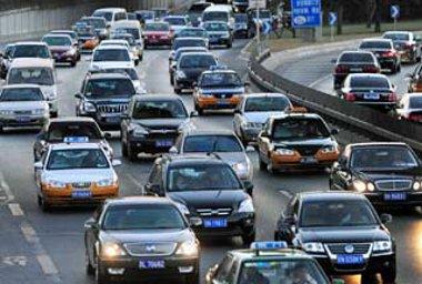 Adminisztratív eszközökkel korlátozzák az újautó-eladásokat Pekingben - több más nagyváros követné a példát