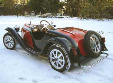 Kétszemélyes a Bugatti 55 Junior. A gazdag fiúk korán kezdik a csajozást