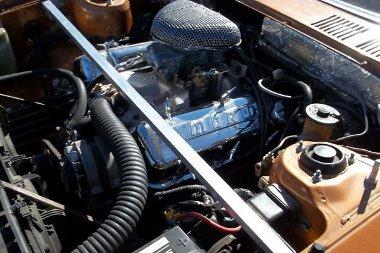 Egész jól eldugták a motortérben a 7,4 literes GM V8-ast