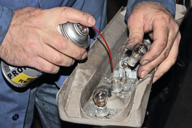 A lámpatest kiszerelésével ellenőrizhető a csatlakozók és a foglalatok állapota. Sokszor nem izzókiégés vagy táphiány, hanem a korrózió okozta kontakthiba a zárlat oka