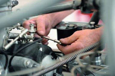 Egy 12 hengeres motort csak a mesterek tudnak összehangolni