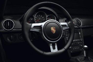 Még a 911 Black Edition-nél is komorabb a Boxster belseje, mert a díszlécet is feketére fújták