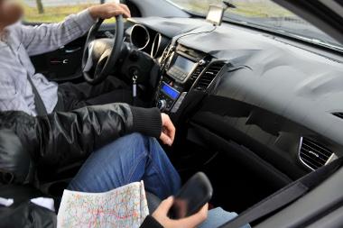 Minek a térkép, ha ott a navigáció a műszerfalon? Utóbbi egyébként a Veloster stílusában készült