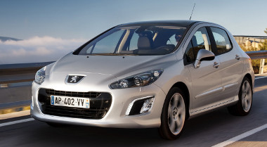 Jól áll az új családi orr a korábbinál takarékosabb kompakt Peugeot-nak