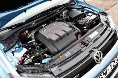 Hidegen lármás a motor, de csekély a háromhengeres vibrációja