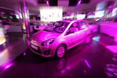 Természetes fényben már nem ennyire rózsaszín az autó