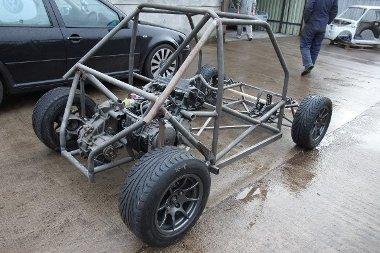 Számítógéppel tervezett, önjáró bukókeret adja az autó gerincét