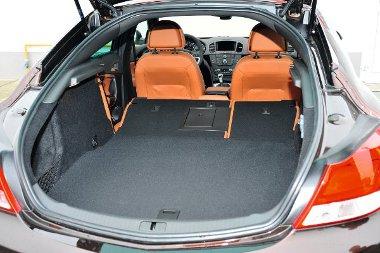 Jókora nyíláson keresztül nagy kofferbe lehet pakolni, a 60/40 osztású háttámlák ledöntésével bővíthető a csomagtér