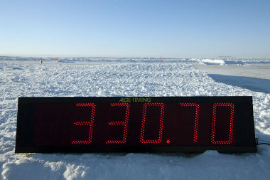 Ez az érték túlságosan optimista. A mérés szerint csak 330,68 km/óra volt az autó sebessége