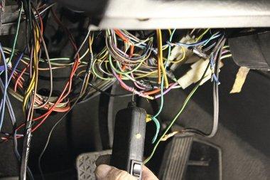 Hogy melyik vezeték mit működtet, az lámpázással deríthető ki