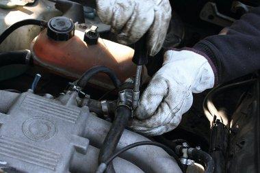 Az alapjárati motor kiszereléséhez kössük le a légcsöveket és húzzuk le az elektromos csatlakozót, majd jöhet a tisztítás