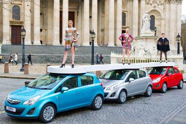 Három órás divatbemutatót tartottak három Opel Corsa tetején