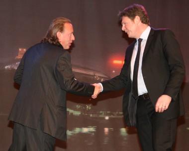 Tony Robinson, az Abroncs Technológia Expo alapítója, gratulál Stefan Fischer-nek (balról jobbra)