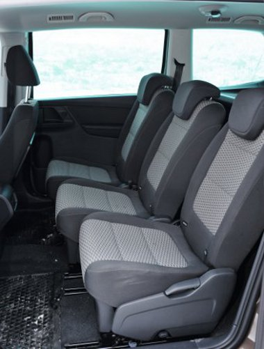 Az első ülőlap lehetne hosszabb, középen egyenként állíthatók a fotelek