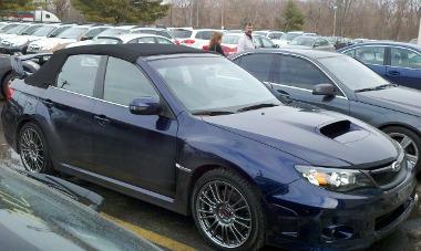 Vajon kinek az ötlete volt az új autó tetejének leflexelése? Kukoricán kellene térdepeltetni