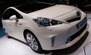 Nem tagadhatja le a Prius rokonságot az autó, pedig minden karosszériaeleme eltérő
