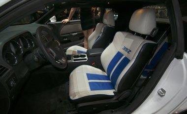 Kék betéttel és a lökettérfogatra utaló - kb. 6423 cm3 - számmal ütős a dodge Challenger fotelja