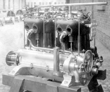 Két-két álló hengert egyesítettek a repülőgép-motorban, 125 mm-es furat, 130 mm-es löket – tartósan 60 lóerőt tudott az erőforrás 1250-es fordulaton