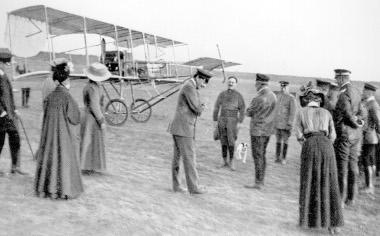 Ernst-Ludwig Hesszeni nagyherceg és Heinrich herceg Poroszországból vizsgálják a Sárga Kutya nevű repülőt