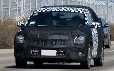 Az Aveo alá pozícionált autón dolgozik a Chevrolet