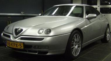 Ártatlannak tűnik ez az Alfa GTV - pedig két motor is hajtja!