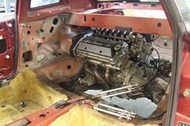 Miután helyet csináltak a segédkeretnek hátul, egyszerűen ment a második motor beépítése