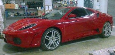 Pofás az orr, az oldalablakok azonban nagyon árulkodnak arról, hogy ez itt nem egy igazi Ferrari