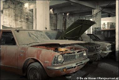 Ciprus egy részén, a demarkációs zónában 37 évvel ezelőtt megállt az idő. Ezek az új autók azóta is a szalonban állnak