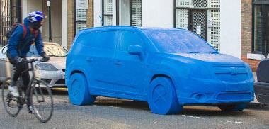 Némi zavart okozott a közlekedésben a gyurma Chevrolet Orlando - szerencsére kis forgalmú utcában parkolták le