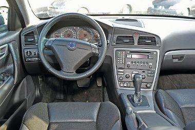 Az S60-as pultja is rémesen egyszerű, mégis hívogatóbb, mint a VW-é