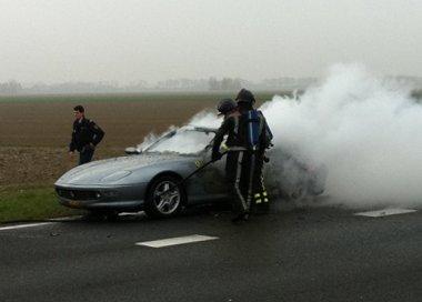 A sofőr és a tűzoltók tehetetlenül nézték a szuperautó elmúlását