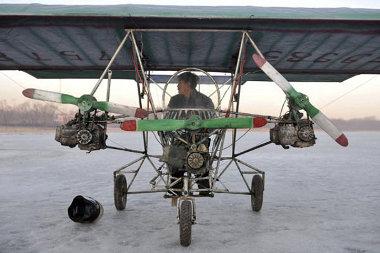 Három bontott motorkeékpár-erőforrás hajtja a propellereket