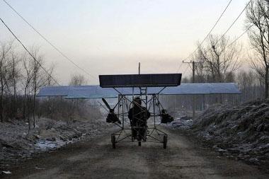 Mivel a kínai autószerelő lehetőségei korlátozottak, a gp lábon gurult el a repülős helyszínére