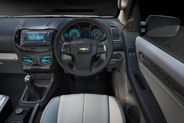 Személyautós a belső tér, a kapcsolható összkerékhajtás a váltó mögötti forgókapcsolóval vezérelhető