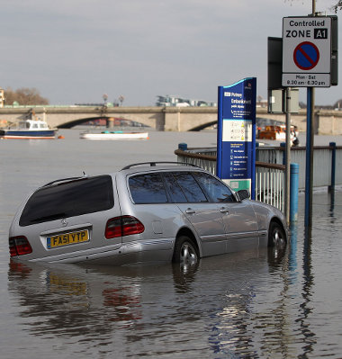 A tábla azért tiltja a parkolást, mert naponta kétszer kiönt a Temze