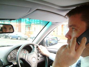 A britek 81 százaléka telefonál vezetés közben - 62 százalékuk nem tudja, hogy ez büntethető