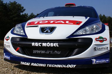 Bemutatkozott az ifj. Tóth János - Tagai Róbert páros új autója. Igaz, a motor csak a jövő héten jön meg
