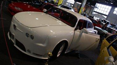 Megítélésünk szerint a külföldi autók közül a legtöbb munka és fantázia ehhez a kétajtós Tatra-hoz kellett