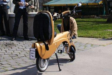 A háttámlában elfér egy hátizsák, amibe például a bukósisakot tárolhatjuk