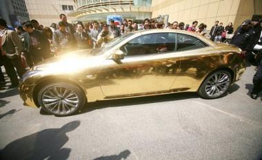 Csődületet és balesetveszélyt okozott a Nanjingben leparkolt, tizennégy karátos autó