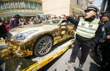 Rendszám nélküli autónak semmi keresnivalója közterületen - a kínai rendőrség elszállíttatta a valódi arannyal bevont Infinitit